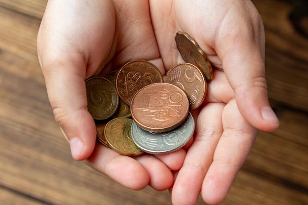 Due mani che tengono le monete nelle palme