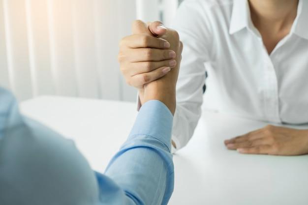 Due mani claspate di uomini d'affari