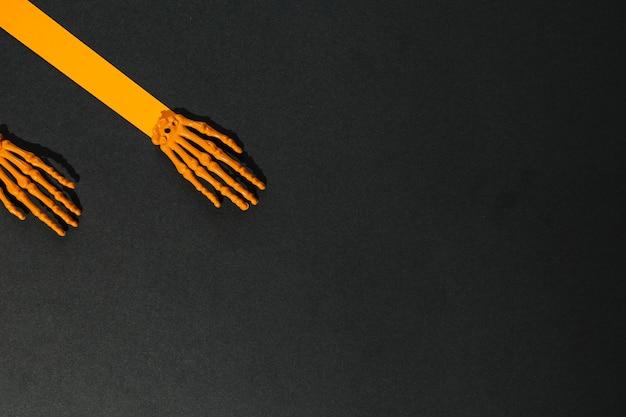 Due mani scheletro fatte di carta e ossa