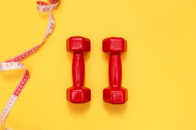 Due manubri rossi e misura di nastro