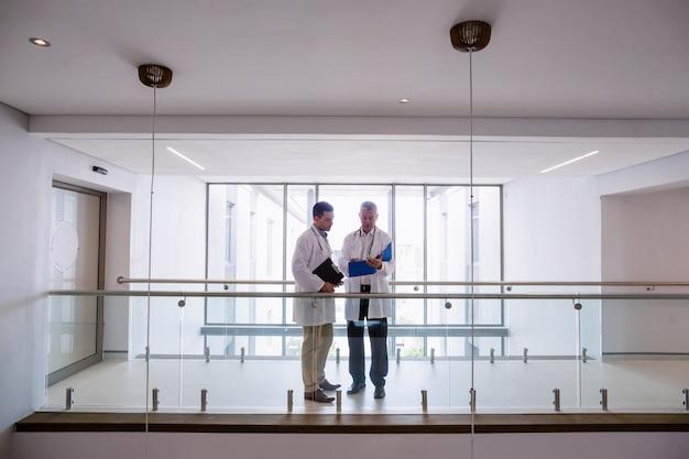 Due medici che discutono sui rapporti
