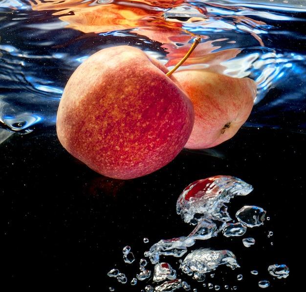 Due mele in acqua