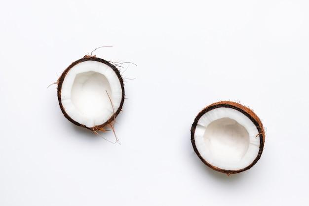Due metà della noce di cocco cruda su gray