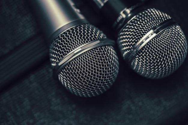 Due microfoni per duo cantano una canzone o un concetto di karaoke