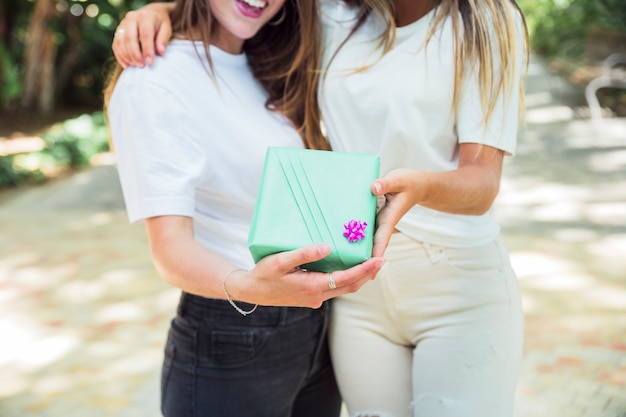 Due migliori amici in possesso di confezione regalo