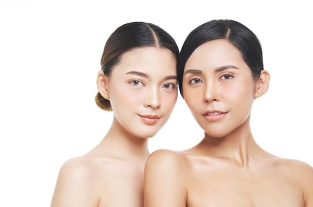 Due modelli femminili con aspetto naturale, donna asiatica, trattamento viso, cosmetologia, trattamento di bellezza