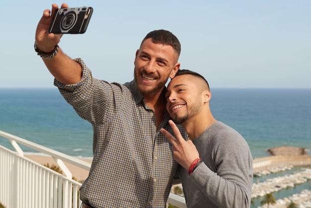 Due omosessuali innamorati che si divertono