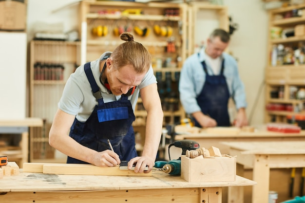 Due operai in carpenteria