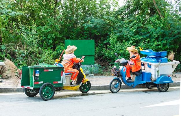 Due operai stradali su uno scooter,