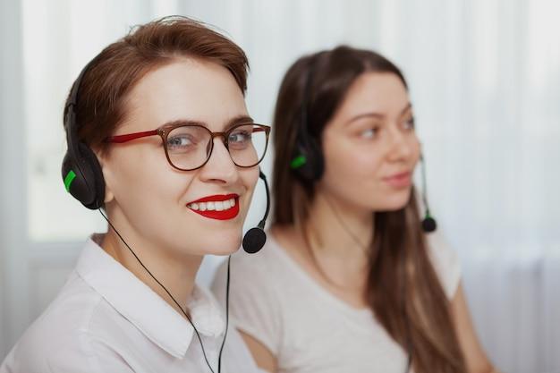 Due operatori di call center femminile che lavorano su un computer