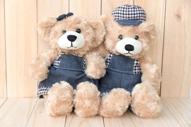 Due orsi di orsacchiotto su sfondo di legno