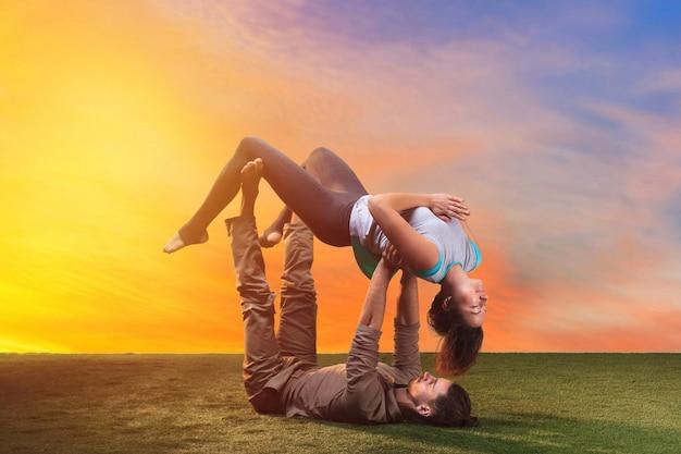 Due persone che fanno esercizi di yoga