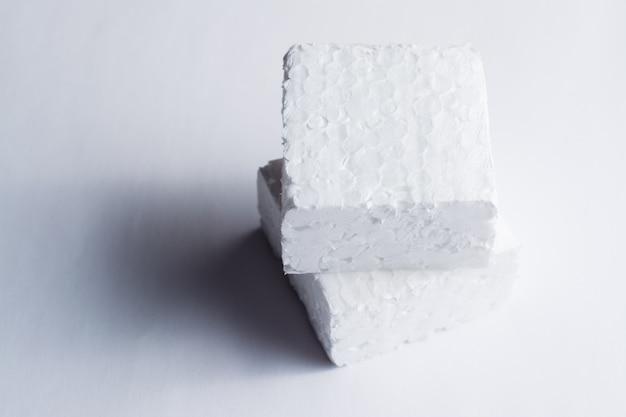 Due pezzi di polistirolo bianco