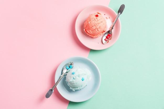Due piatti con gelati di frutta fresca fatta in casa naturale