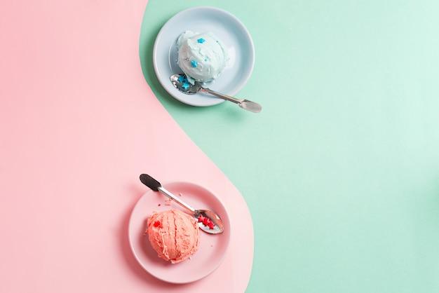 Due piatti con gelato di frutta fresca fatta in casa naturale