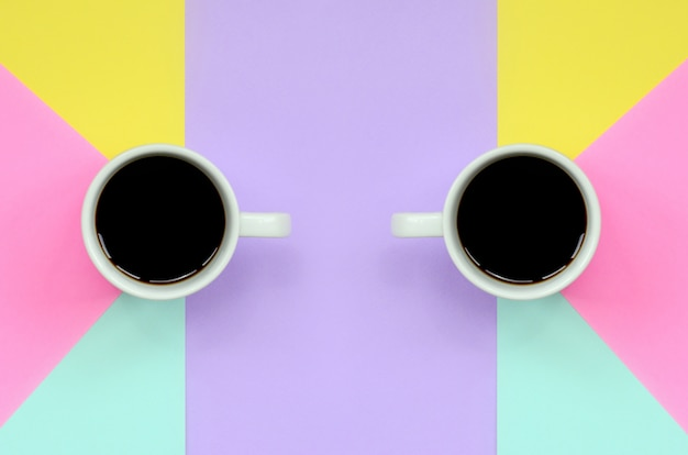 Due piccole tazze di caffè macchiato sul fondo di struttura