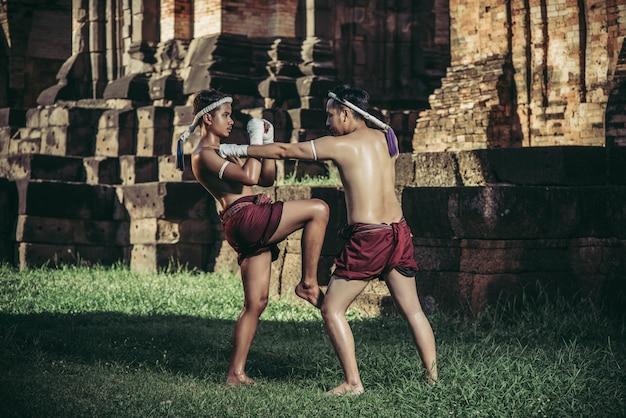 Due pugili combattono con le arti marziali di muay thai.