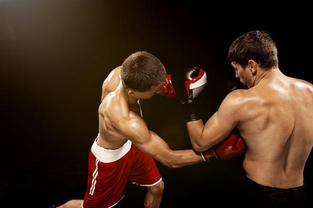 Due pugili professionisti boxe su nero,