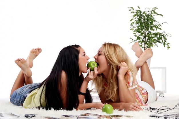 Due ragazze a casa
