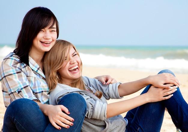 Due ragazze all'aperto vicino al mare
