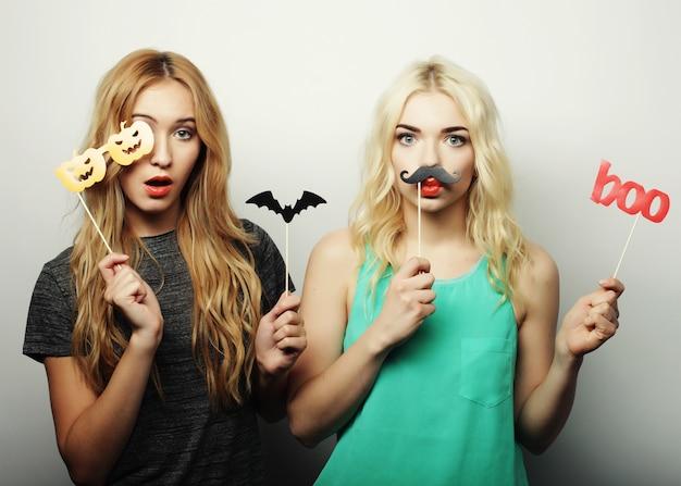 Due ragazze alla moda sexy hipster pronte per la festa
