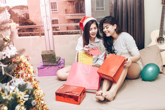 Due ragazze asiatiche sono felici a natale.