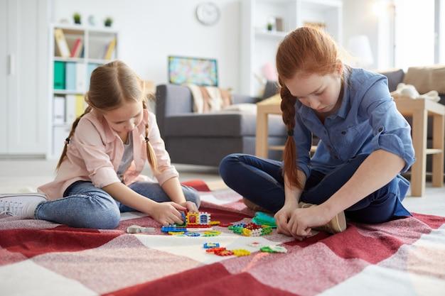 Due ragazze che giocano a casa