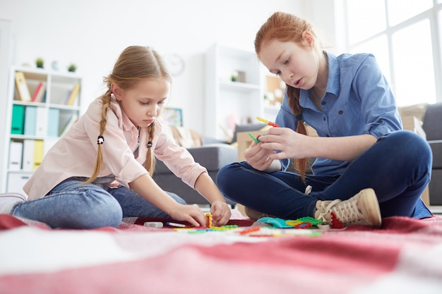 Due ragazze che giocano con i giocattoli a casa