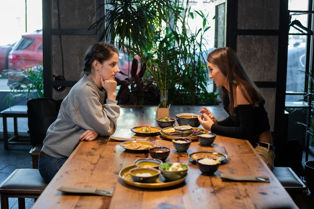 Due ragazze che hanno un pranzo di lavoro in un caffè
