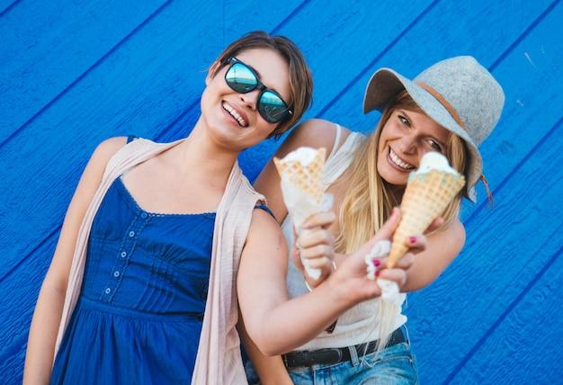 Due ragazze che mangiano il gelato
