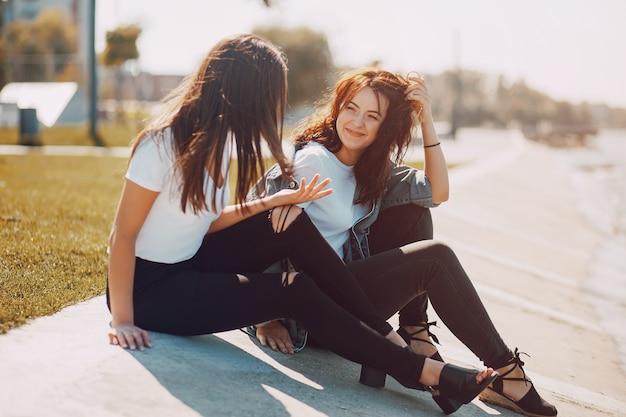 Due ragazze che parlano