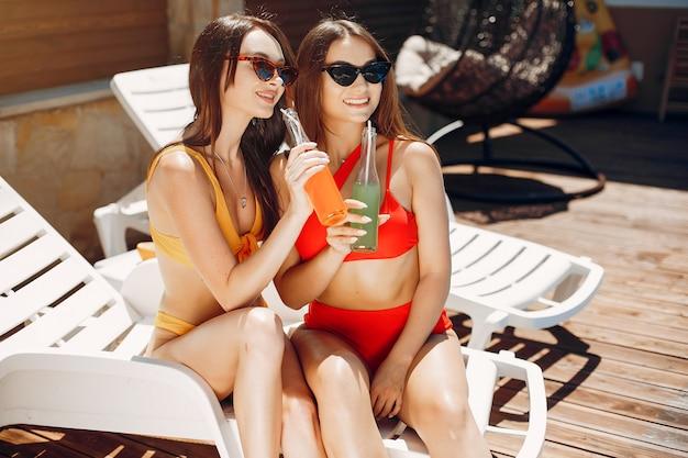 Due ragazze eleganti e alla moda in un resort