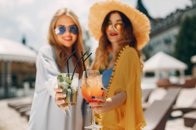 Due ragazze eleganti in un resort