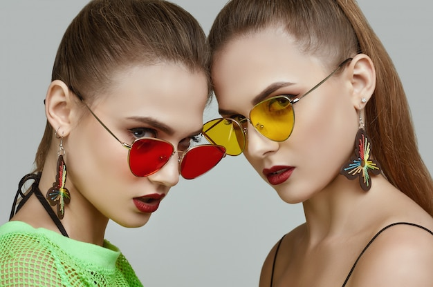 Due ragazze gemelle eleganti hipster glamour in abiti verde neon moda