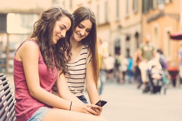 Due ragazze guardando uno smartphone