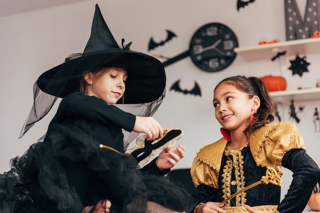 Due ragazze in costume