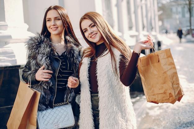 Due ragazze in una città