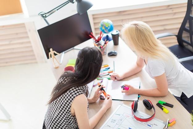 Due ragazze lavorano in ufficio.