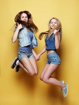 Due ragazze migliori amiche saltano