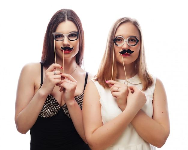 Due ragazze sexy alla moda migliori amiche