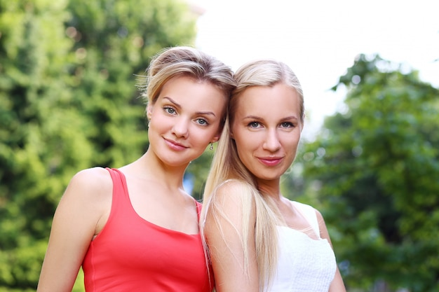 Due ragazze si divertono nel parco