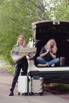 Due ragazze si fermarono sulla strada per ottenere indicazioni stradali e bere un caffè