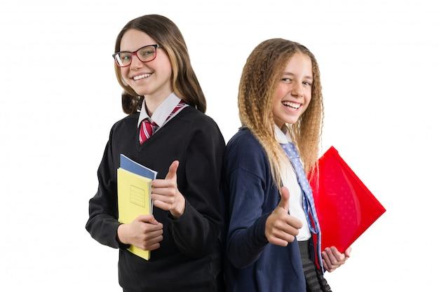 Due ragazze sorridenti della high school in uniforme