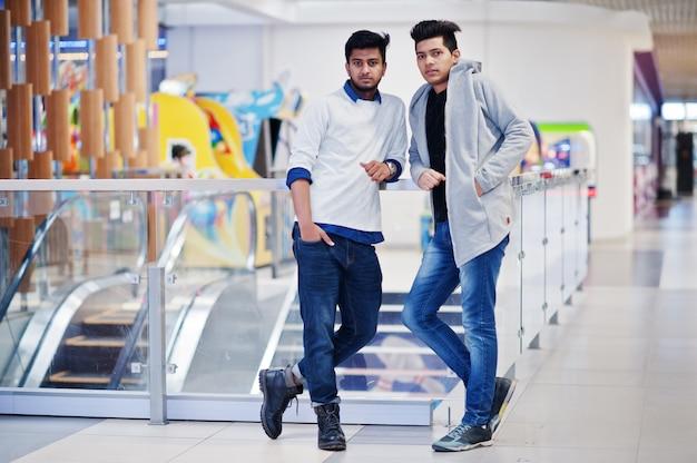 Due ragazzi asiatici al centro commerciale