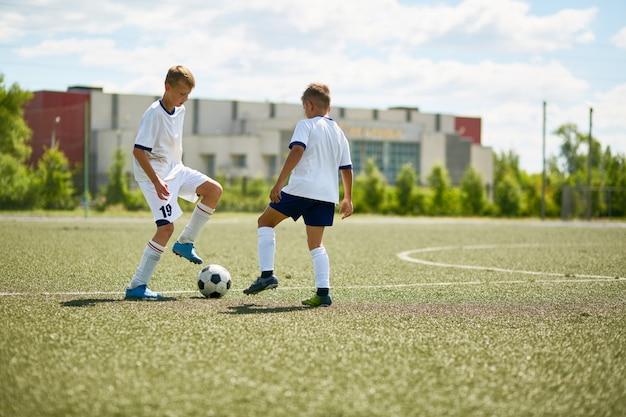 Due ragazzi che giocano sul campo di football americano