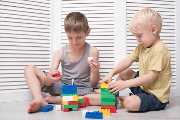 Due ragazzi interpretano un designer. comunicazione e amicizia