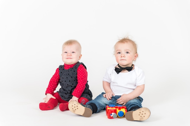 Due ragazzi seduti sullo spazio bianco. fratelli