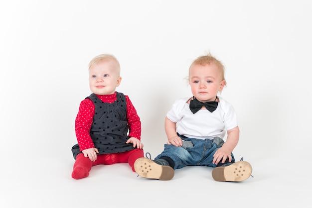 Due ragazzi seduti sullo spazio bianco