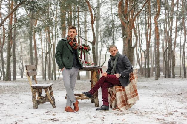Due ragazzi stanno aspettando i loro cari. inverno.