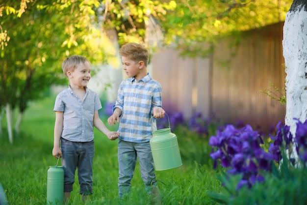 Due ragazzi sul campo